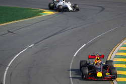 Max Verstappen, Red Bull Racing RB13, leads Felipe Massa, Williams FW40
