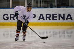 Valtteri Bottas, Mercedes AMG F1, juega hockey