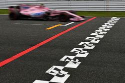 Esteban Ocon, Sahara Force India VJM10 sur la ligne d'arrivée