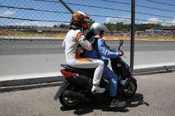 Гонщик McLaren Стоффель Вандорн покидает трассу после схода