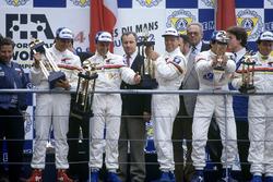 Podio: Mark Blundell, Derek Warwick, Yannick Dalmas, Peugeot 905 Evo 1