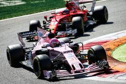 Esteban Ocon, Sahara Force India VJM10, Kimi Raikkonen, Ferrari SF70H