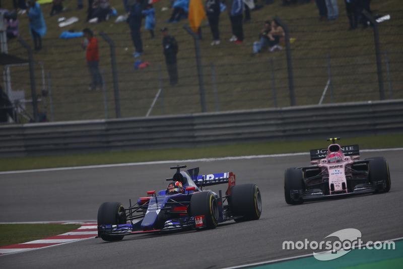 Daniil Kvyat, Scuderia Toro Rosso STR12; Esteban Ocon, Force India VJM10
