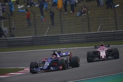 Даниил Квят, Scuderia Toro Rosso STR12, и Эстебан Окон, Force India VJM10