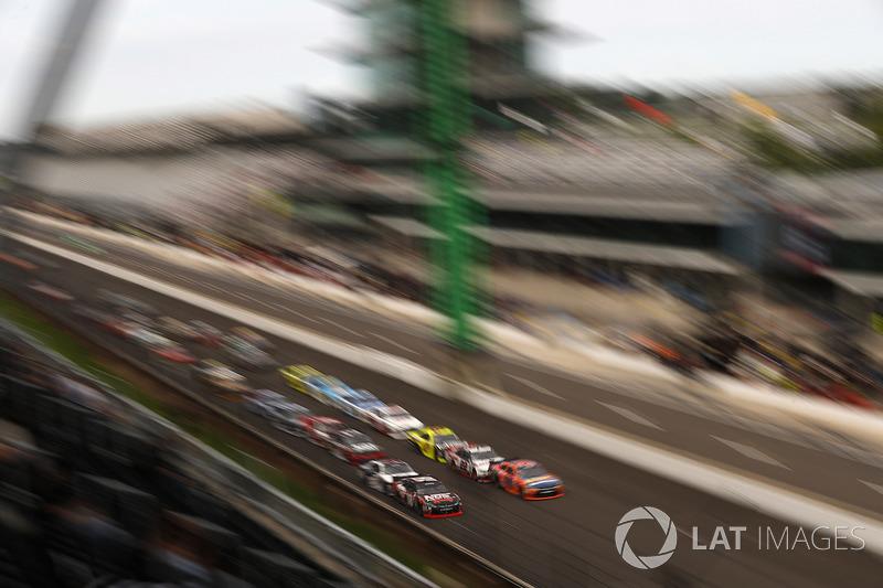 Restart: Kyle Busch, Joe Gibbs Racing Toyota, Erik Jones, Joe Gibbs Racing Toyota