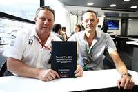 Зак Браун, керівник Motorsport Network, Чарльз Бредлі, головний редактор Motorsport.com оголошують результати Глобального опитування вболівальників Формули 1
