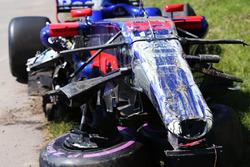 Temporada 2017 F1-canadian-gp-2017-wreckage-of-the-car-of-carlos-sainz-jr-scuderia-toro-rosso-str12-after