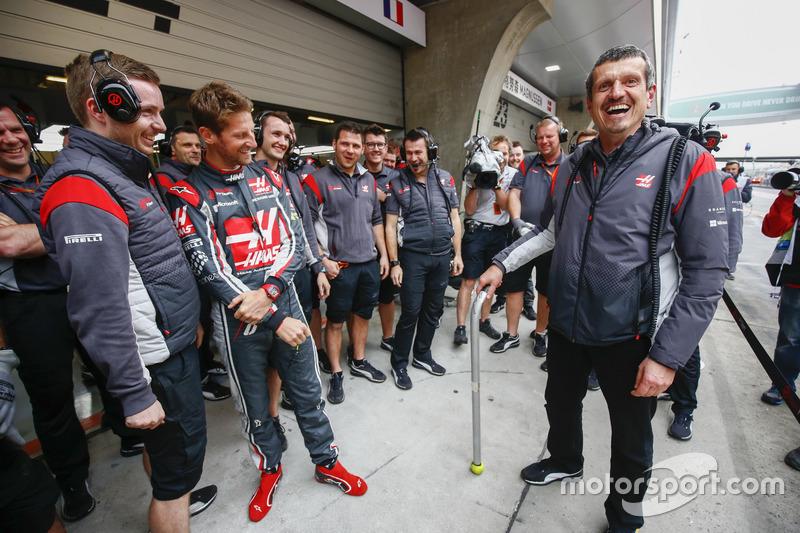 Гран Прі Китаю. Гюнтер Штайнер, керівник Haas F1 Team, святкує свій день народження разом із командою Haas F1 Team