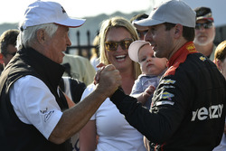 Роджер Пенске, власник Team Penske, Вілл Пауер, Team Penske Chevrolet, Елізабет Пауер, Бо Пауер, святкують перемогу