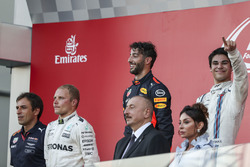 Pierre Wache, Red Bull Racing Chief Engineer Performance Engineering, Race winner Valtteri Bottas, Mercedes AMG F1 Daniel Ricciardo, Red Bull Racing and Lance Stroll, Williams