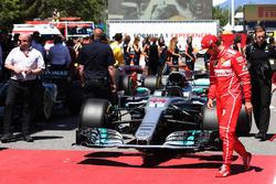 Sebastian Vettel, Ferrari, mira el coche de Lewis Hamilton, Mercedes AMG F1 W08, en Parc Ferme