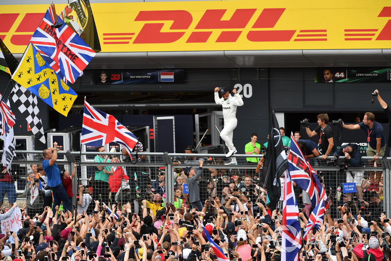 Race winner Lewis Hamilton, Mercedes AMG F1 celebrates with the fans
