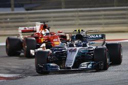 Valtteri Bottas, Mercedes AMG F1 W08 y Sebastian Vettel, Ferrari SF70H