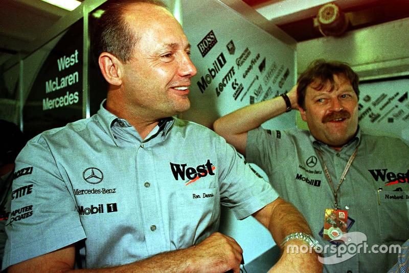 Ron Dennis y Norbert Haug disfrutan David Coulthard en la práctica