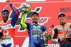 Подиум: обладатель второго места Данило Петруччи, Pramac Racing, победитель Валентино Росси, Yamaha Factory Racing, третье место – Марк Маркес, Repsol Honda Team