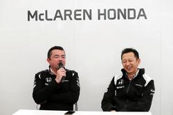 Eric Boullier, Director de carreras de McLaren con Yusuke Hasegawa, director del programa de Honda F