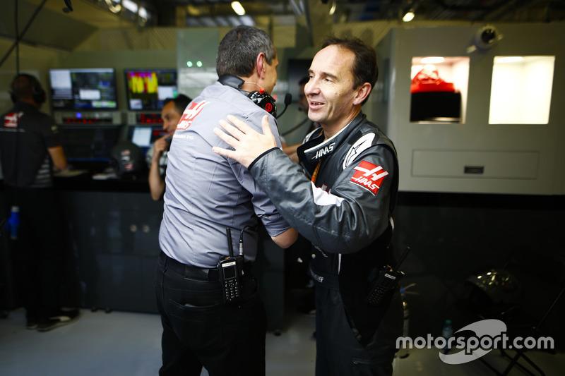 Guenther Steiner, Team Principal, Haas F1, e gli ingegneri Haas F1 festeggiano il miglior risultato del team a oggi