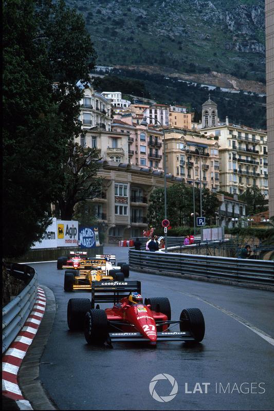 Микеле Альборето из Ferrari (фото сделано в другой момент уик-энда) пропустил на старте Мэнселла. Итальянец был быстрее, но не мог провести обгон, а на 33-м круге столкнулся с соперником – Найджел, отлетев в барьер, выбыл из гонки.