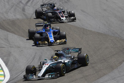 Льюис Хэмилтон, Mercedes AMG F1 W08, Паскаль Верляйн, Sauber C36, и Ромен Грожан, Haas F1 Team VF-17