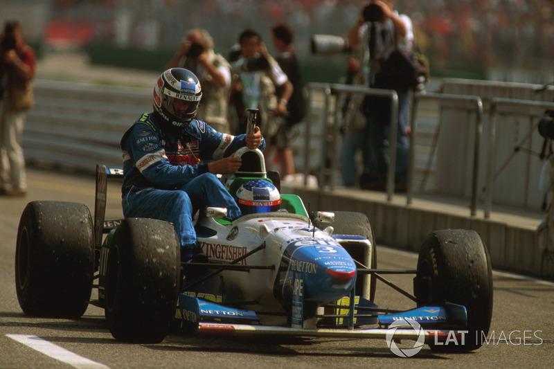Jean Alesi, Benetton B196, Gerhard Berger, Benetton'ı aracının üstünde taşıyor