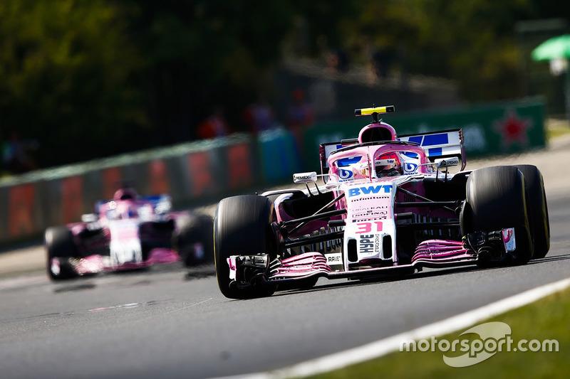Esteban Ocon, Force India VJM11, y Sergio Perez, Force India VJM11