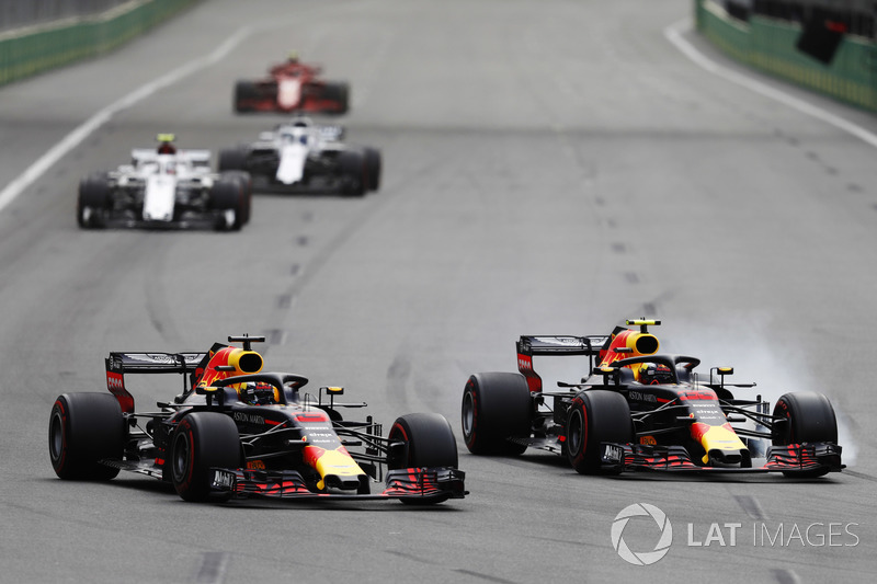 Daniel Ricciardo, Red Bull Racing RB14 ve Max Verstappen, Red Bull Racing RB14 pozisyon mücadelesi