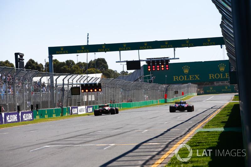 Daniel Ricciardo, Red Bull Racing RB14 Tag Heuer, passes Pierre Gasly, Toro Rosso STR13 Honda