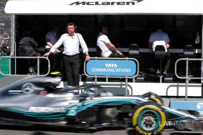 104/5000 Eric Boullier, Director de carreras, McLaren, en el muro como Valtteri Bottas, Mercedes AMG F1 W09, pasa