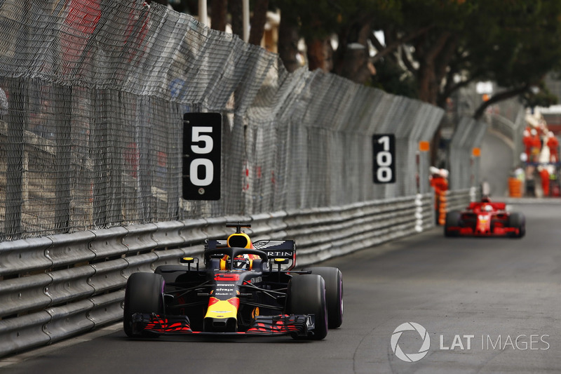 Daniel Ricciardo, Red Bull Racing RB14, y Sebastian Vettel, Ferrari SF71H