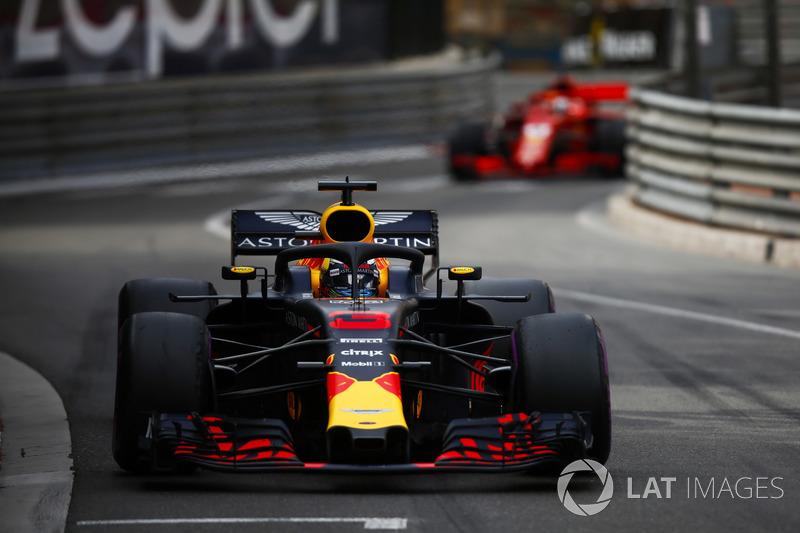 Daniel Ricciardo, Red Bull Racing RB14, leads Sebastian Vettel, Ferrari SF71H