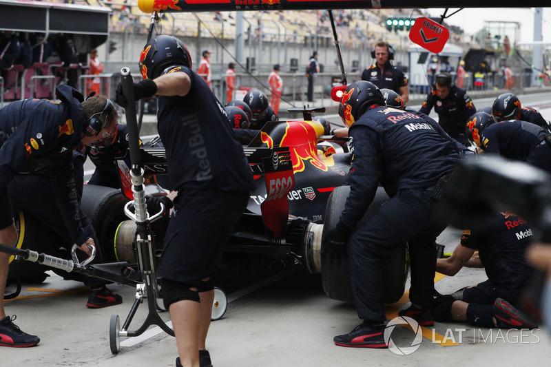 Daniel Ricciardo, Red Bull Racing RB14 Tag Heuer, makes a pit stop