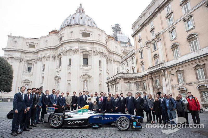 Photo de groupe avec le pape François et Alejandro Agag, PDG de la Formule E