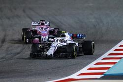 Сергей Сироткин, Williams FW41, и Серхио Перес, Sahara Force India F1 VJM11