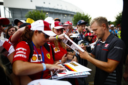 Kevin Magnussen, Haas F1 Team, firma autógrafos para fanáticos