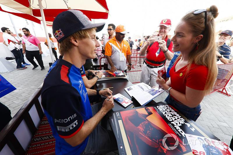 Brendon Hartley, Toro Rosso, talks with a fan