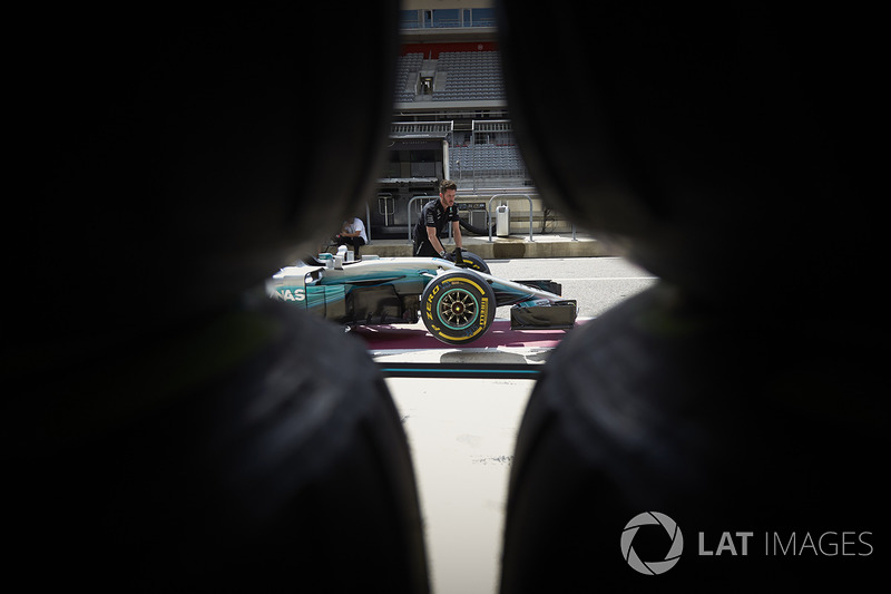 Mecánicos empujan el coche de Mercedes AMG F1 W08 al pit lane