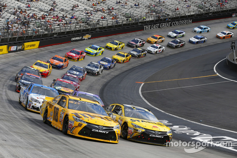Ripartenza: Kyle Busch, Joe Gibbs Racing Toyota, Carl Edwards, Joe Gibbs Racing Toyota
