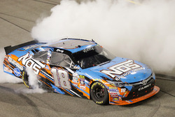 Le vainqueur, Kyle Busch, Joe Gibbs Racing Toyota