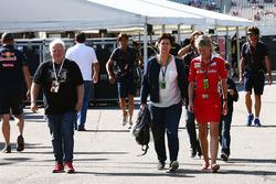 Norbert Vettel con la moglie Heike Vettel e Britta Roeske, Addetta stampa Ferrari