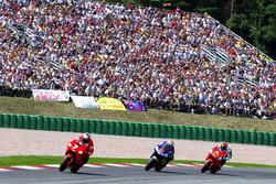 Carlos Checa, Marlboro Yamaha Team; Shinya Nakano, Gauloises Yamaha Tech 3; Norifumi Abe, Antena 3 Yamaha d'Antin