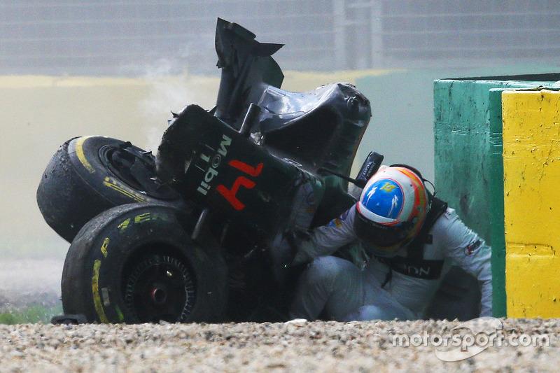 Fernando Alonso, McLaren MP4-31 sale de su auto después del fuerte accidente