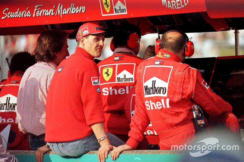Den Rest des Rennens verfolgt Schumacher am Kommandostand und sieht, ...