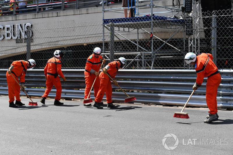 Comisario limpian la pista después del accidente de Max Verstappen, Red Bull Racing RB14