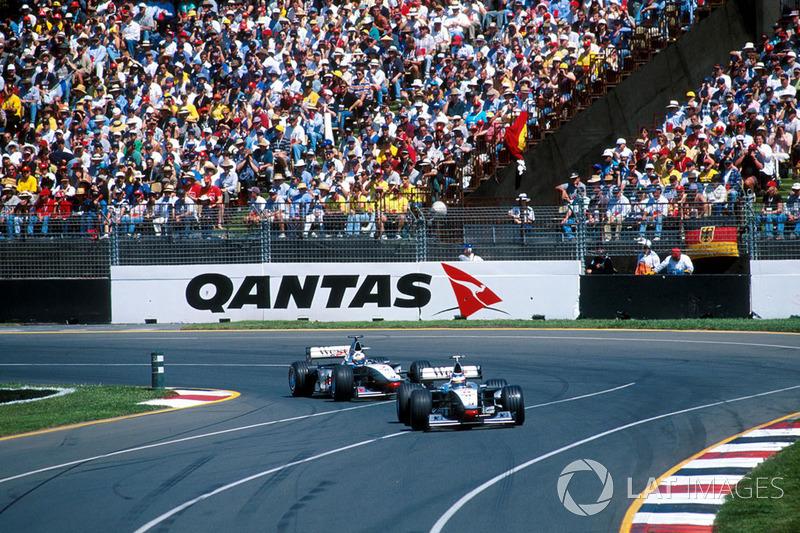Оба гонщика McLaren сразу же начали стремительно отрываться от остального пелотона