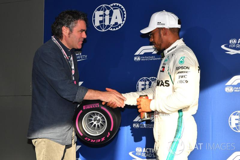 Ganador de la poleLewis Hamilton, Mercedes-AMG F1 en el parque cerrado