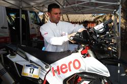 Miembro del equipo Hero MotoSports en el trabajo