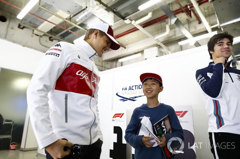 Marcus Ericsson, Sauber, incontra un giovane tifoso