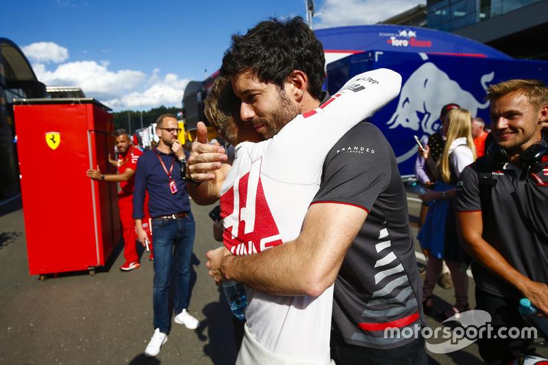 Kevin Magnussen, Haas F1 Team,festeggia con un ingegnere