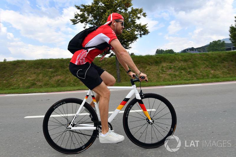 Sebastian Vettel, Ferrari, bersepeda