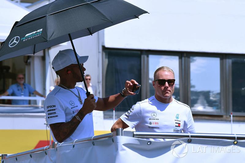 Lewis Hamilton, Mercedes-AMG F1 y Valtteri Bottas, Mercedes-AMG F1 en el drivers parade